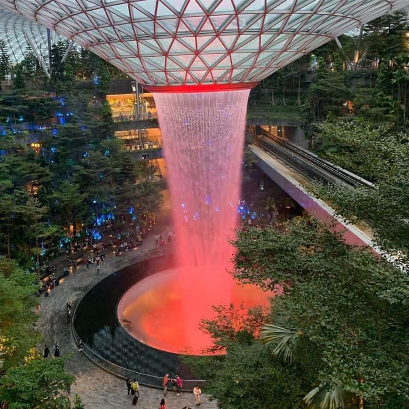Thác nước phát sáng tại Jewel Changi