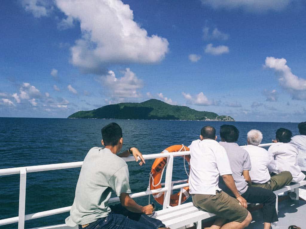 Đi thuyền ra đảo