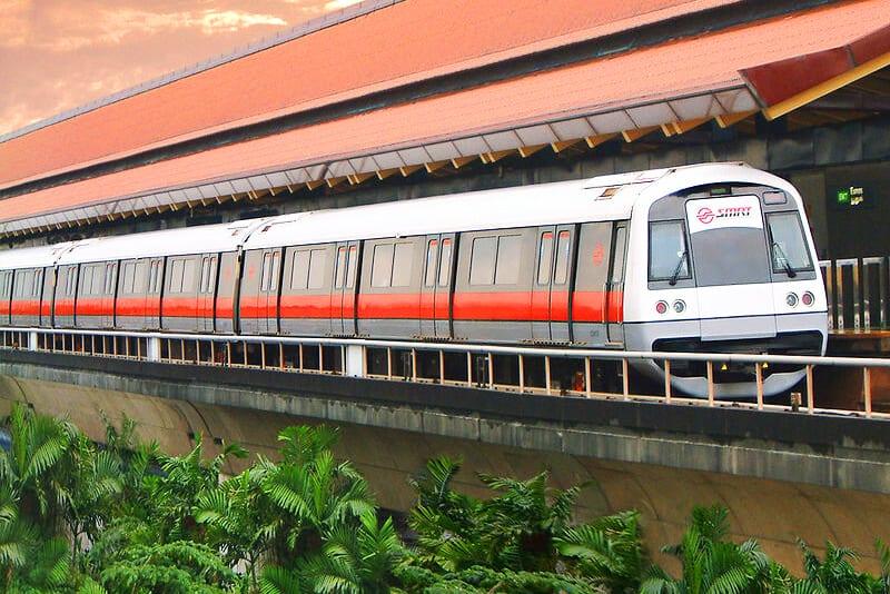 Du khách có thể trải nghiệm tàu điện ngầm trước khi bắt xe buýt đi đến nơi.