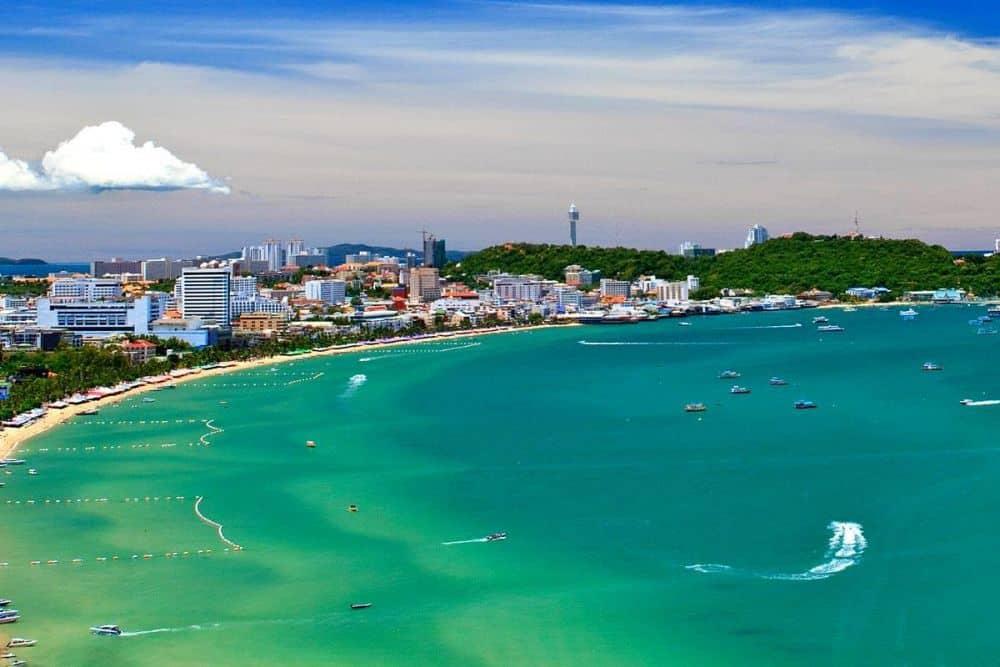 Bãi biển nằm trong danh sách là một trong hai bãi biển đẹp nhất của thành phố Pattaya.