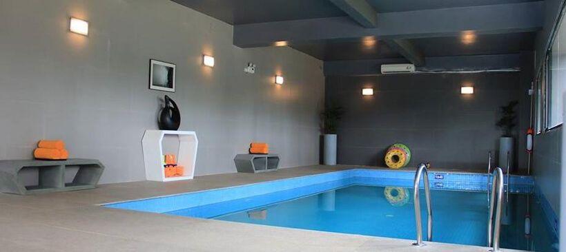 không gian hồ bơi Terracotta Hotel