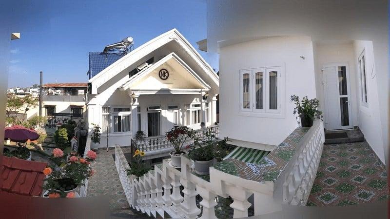 Khách sạn Villa Nam Khang 2 với view sân vườn rộng rãi