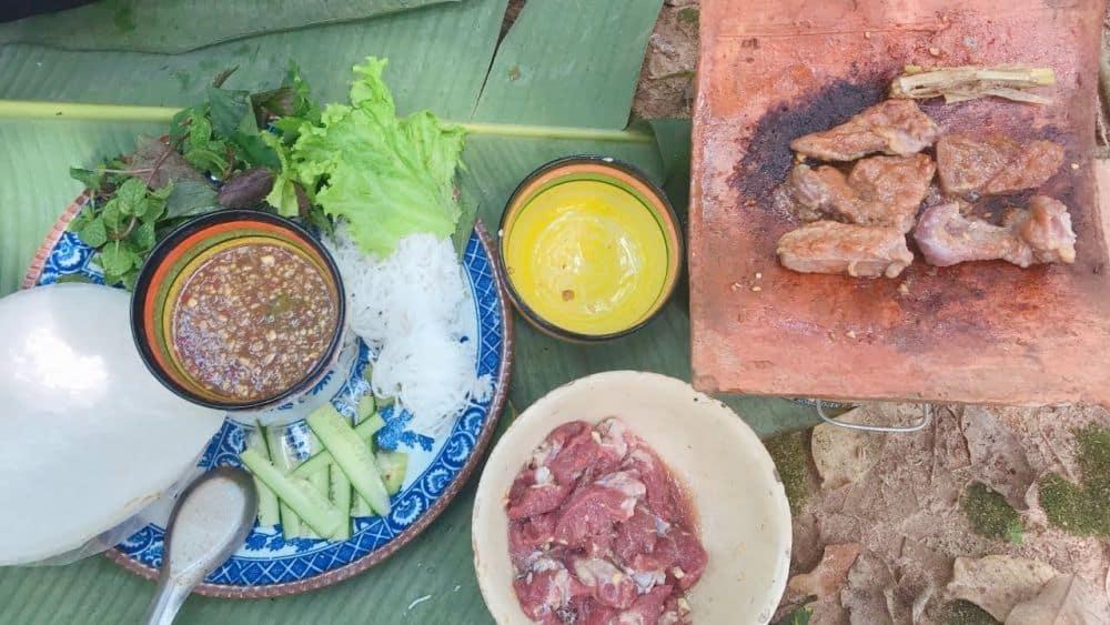 Món bò nướng ngói Đà Lạt với đầy đủ gia vị