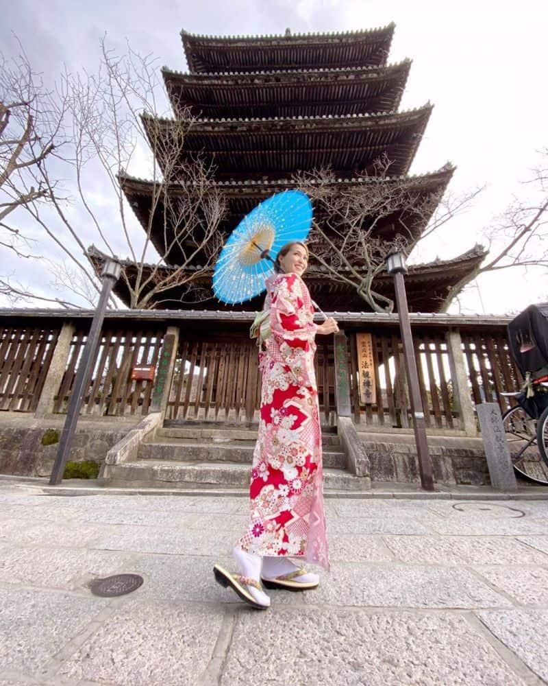 Điểm tham quan nổi ở Kyotođó. Ngôi chùa nằm trên một vách đá treo leo, từ đây bạn có thể ngắm nhìn toàn cảnh thành phố.