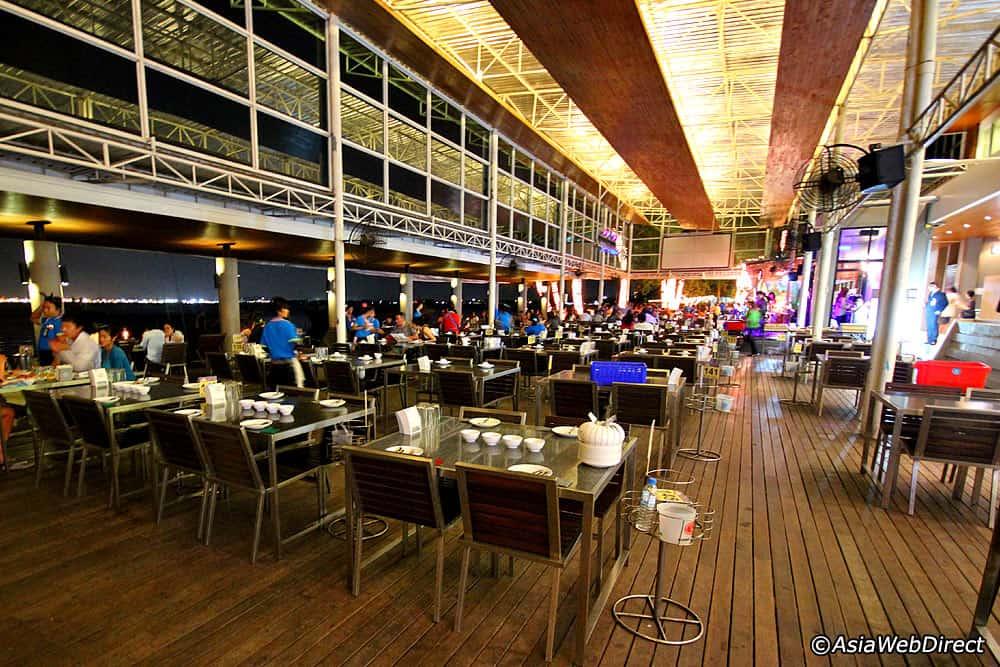 Không gian nhà hàng Moom Aroi