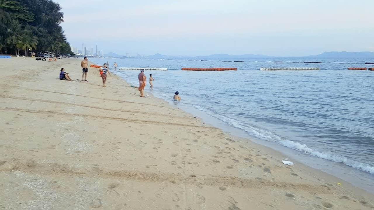 Pratumnak - Bãi biển đẹp đông khách du lịch tại Pattaya