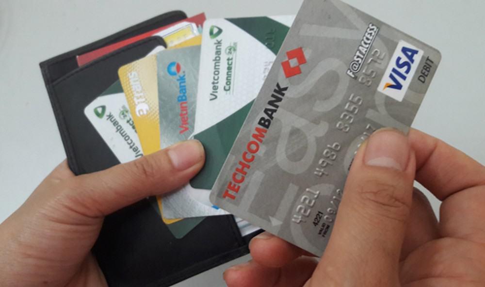 Chuẩn bị tiền và thẻ ATM