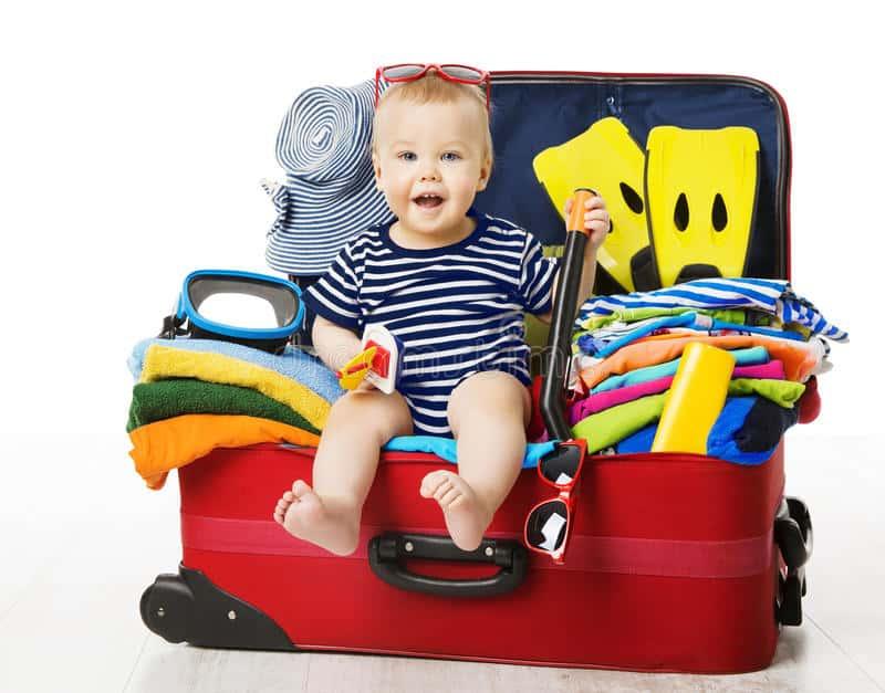 Xếp đồ dùng của bé trong hành lý riêng