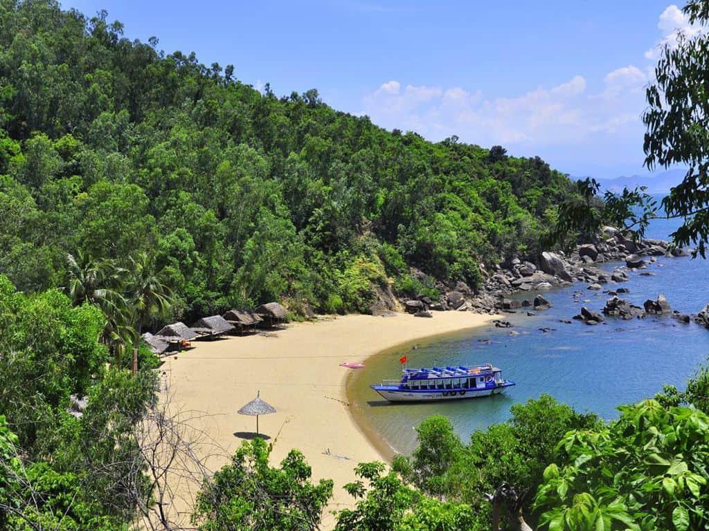Bãi Cát Vàng - bãi biển đẹp thơ mộng