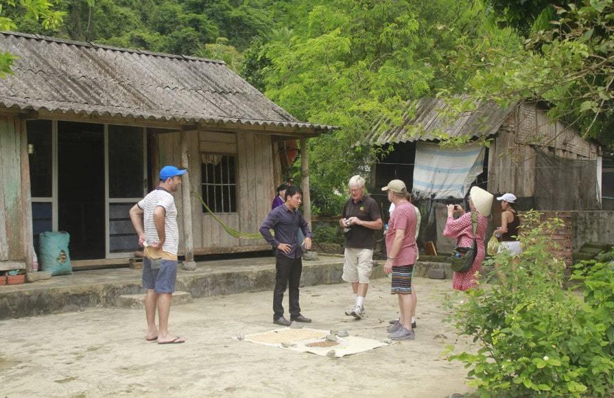 Du khách đến với làng chài Hải Việt