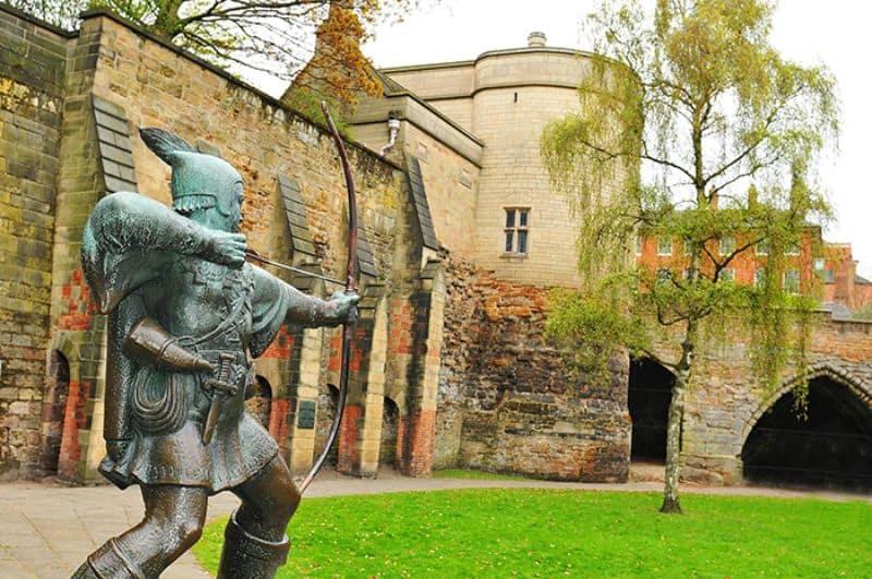 Bức tượng bằng đồng của Robin Hood bên trong lâu đài Nottingham