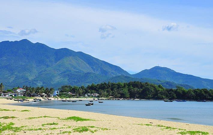 Bãi biển Xuân Thiều - Địa điểm đi du lịch ở Đà Nẵng đẹp