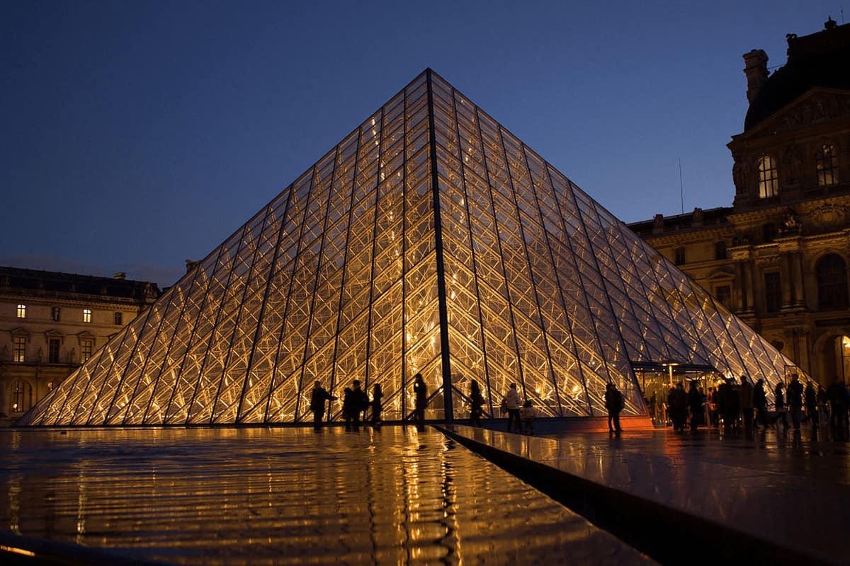 Bảo tàng Louvre rực sáng về đêm