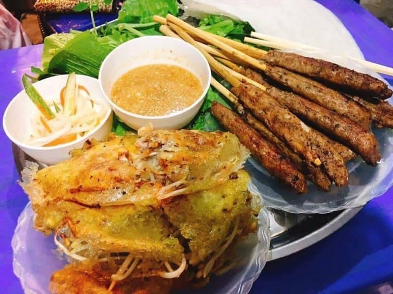 Bánh xèo vàng ruộm thơm ngon thường được ăn cùng với nem lụi