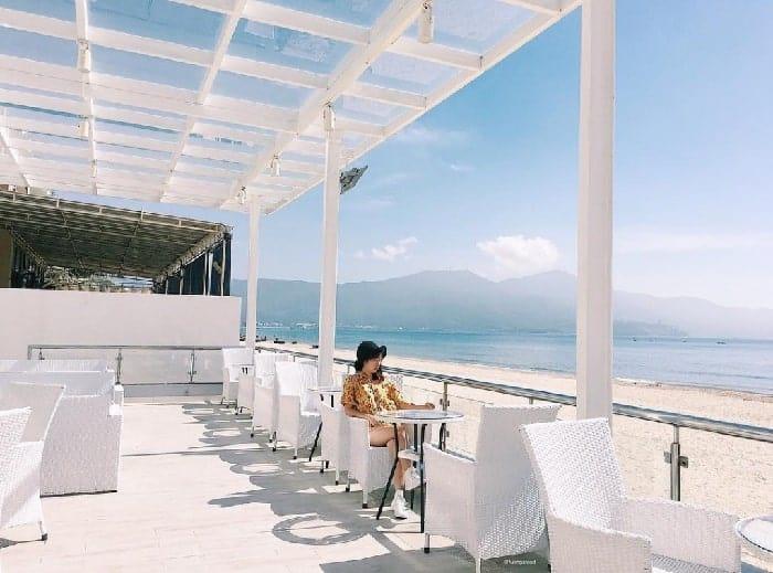 Dắt tay nhau đi uống quán cafe view biển