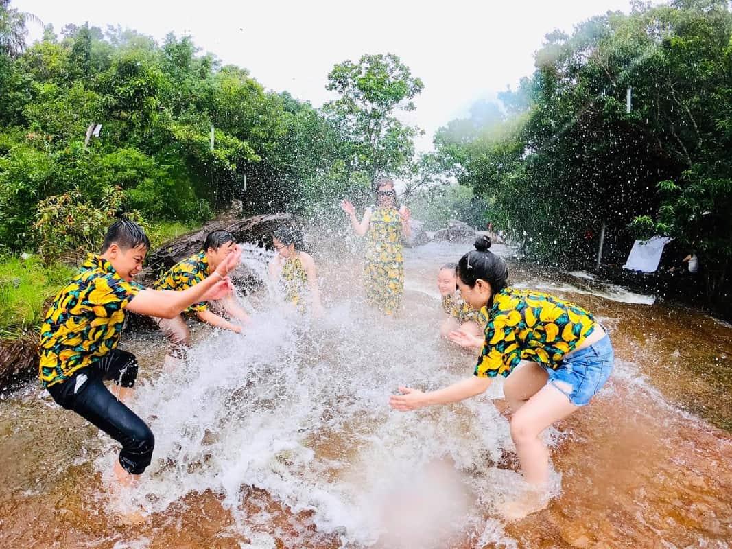 Tắm suối Đá Bàn với nhóm bạn